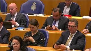 Onderzoek bewijst: 38 procent van Kamerleden zit tijdens debat op smartphone