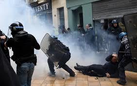 Enorme protesten in Parijs – Macron's politie ramt met knuppels op brandweerlieden