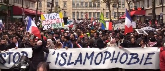 Kopvodden en (on)nuttige idioten betogen tegen 'islamofobie' in Parijs