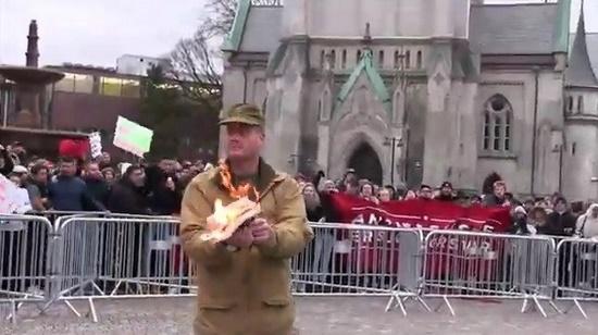 Boekje 'koran' verbrandt in Noorwegen: moslims door het lint!