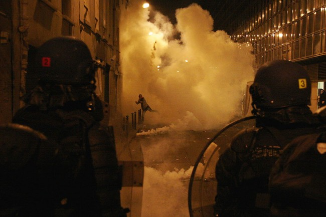 Brute politie die een Franse man zonder masker slaat, duidt op een beangstigende toekomst voor het opgesloten Europa