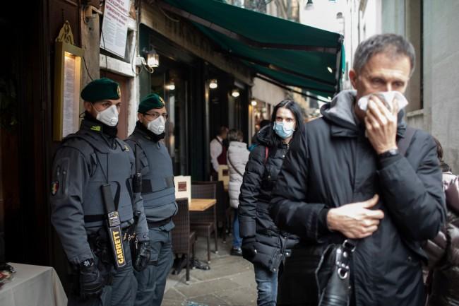 Corona demonstratie in Italië: politieagenten sluiten zich bij het volk aan en doen hun helmen af